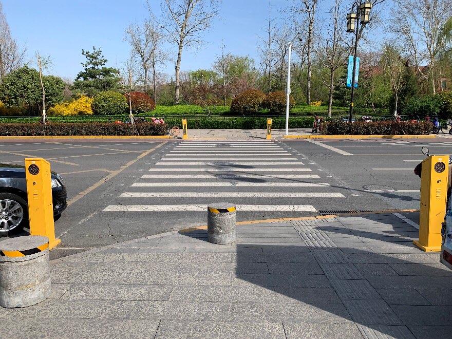 """济南市首条智慧斑马线投入使用 夜间、阴雨天将主动""""发光"""""""