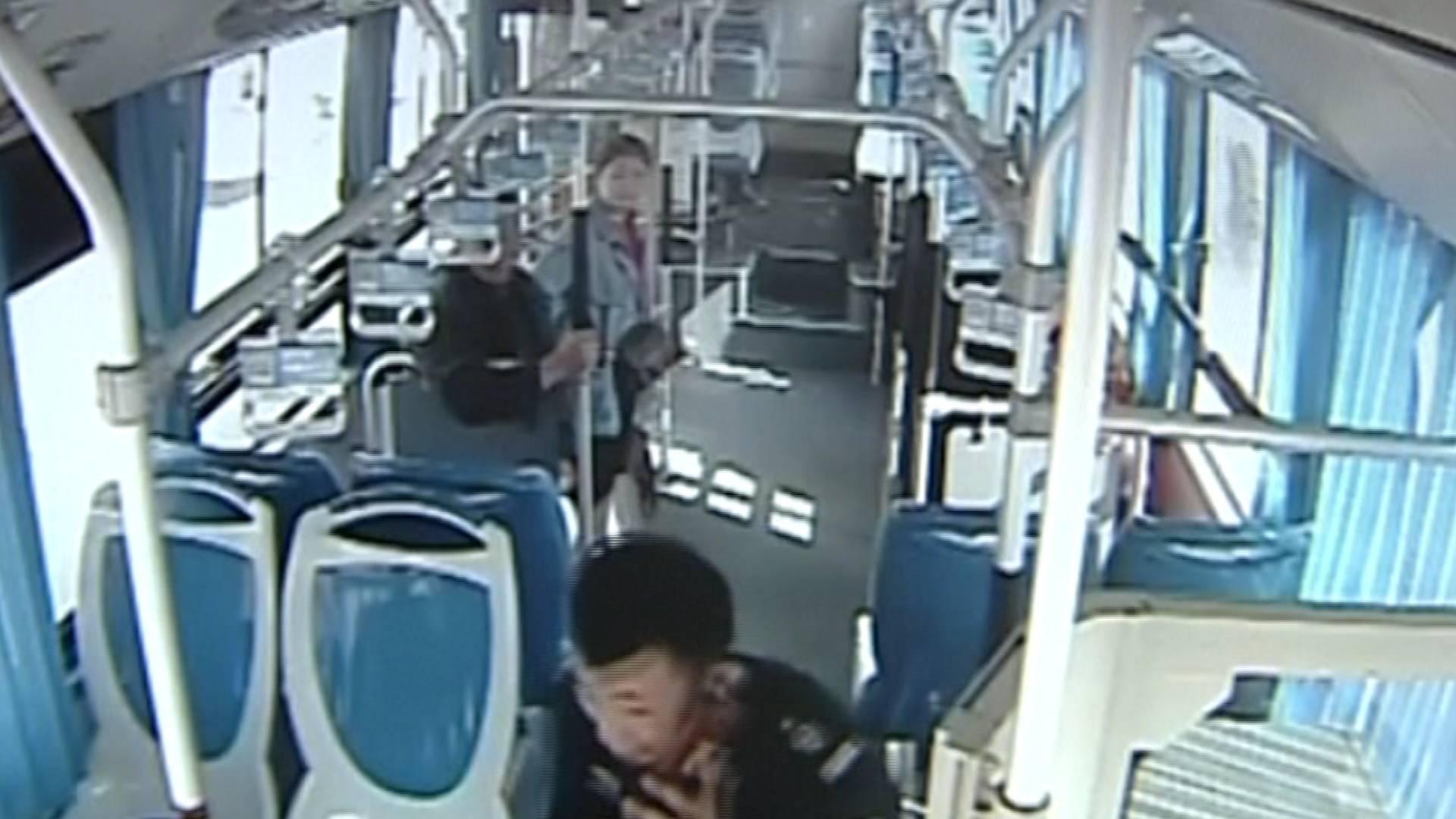 56秒丨菏泽:乘客突发疾病 公交车变救护车一路鸣笛开进医院