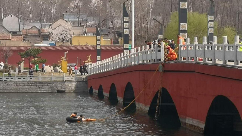 36秒|打捞上岸!济南钢城区发生车辆坠桥落水事故