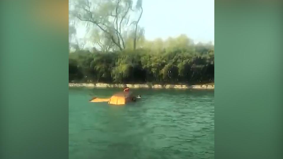41秒丨大风刮翻游船4人落水 临朐村民不顾感冒生病跳水救人