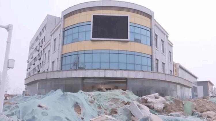 淄博:开发商与村委起纠纷 商业房业主遭两千方渣土堵门