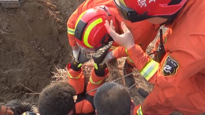 37秒|菏泽东明5岁女童不慎坠井 消防员倒挂救援
