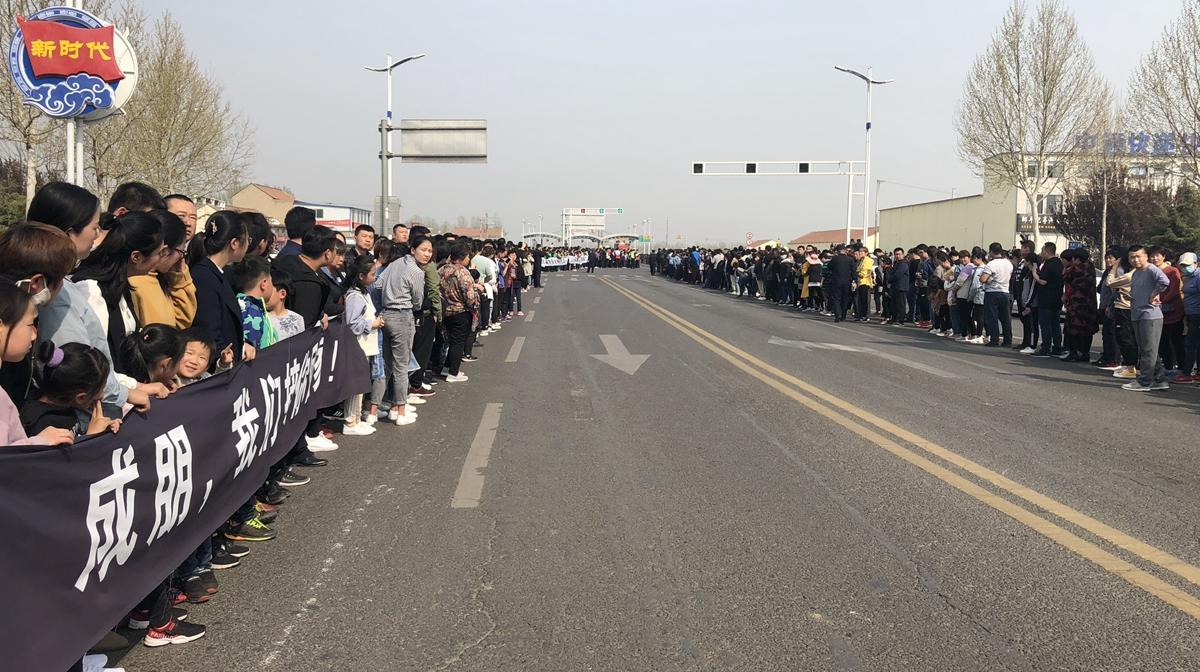 52秒|邹平万人迎张成朋烈士回家 市民自发在高速入口排起千米长队