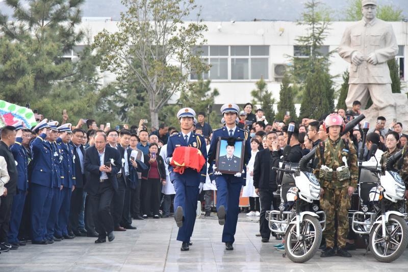 新闻特写:英雄之地葬英雄 烈士魂安大青山