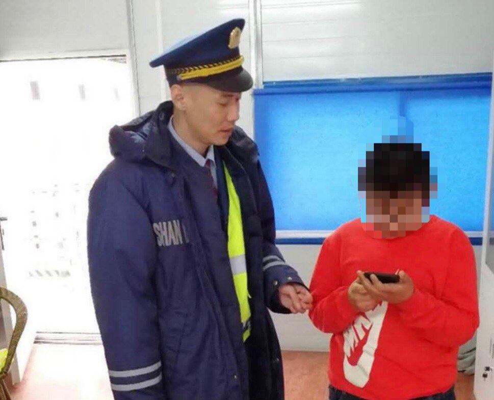 """淄博:粗心家长上高速""""丢孩子"""" 接电话才知孩子不在车上"""
