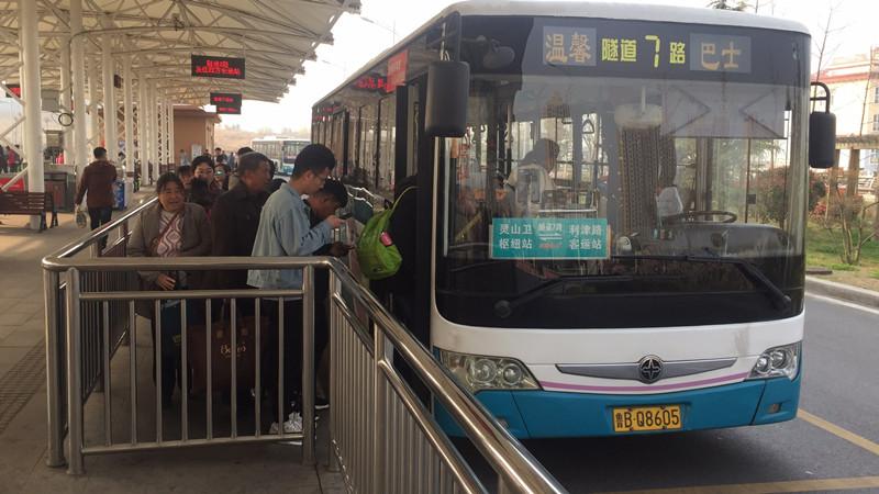 清明小长假隧道客流井喷 21万人乘公交过海