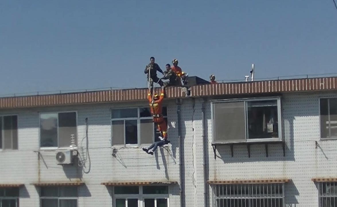 """44秒丨惊心动魄!烟台一消防员5楼悬垂速降将轻生女子""""踹""""进窗"""