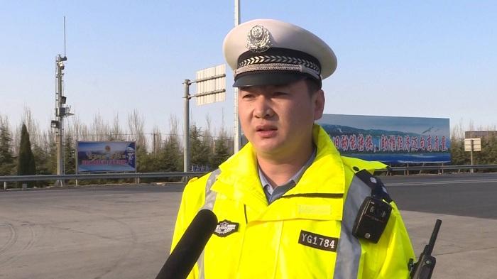 88秒丨超载货车试图闯卡被逼停 高速交警依法处罚