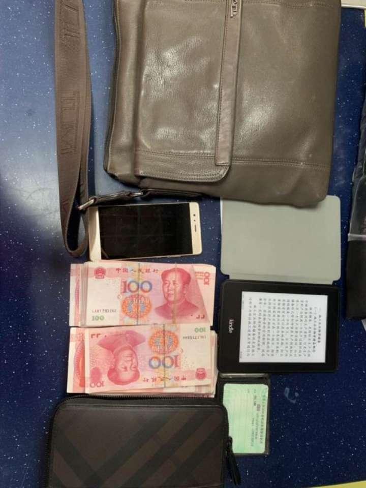 手机、证件还有两万多元现金一起丢了 机场员工帮外地旅客寻回