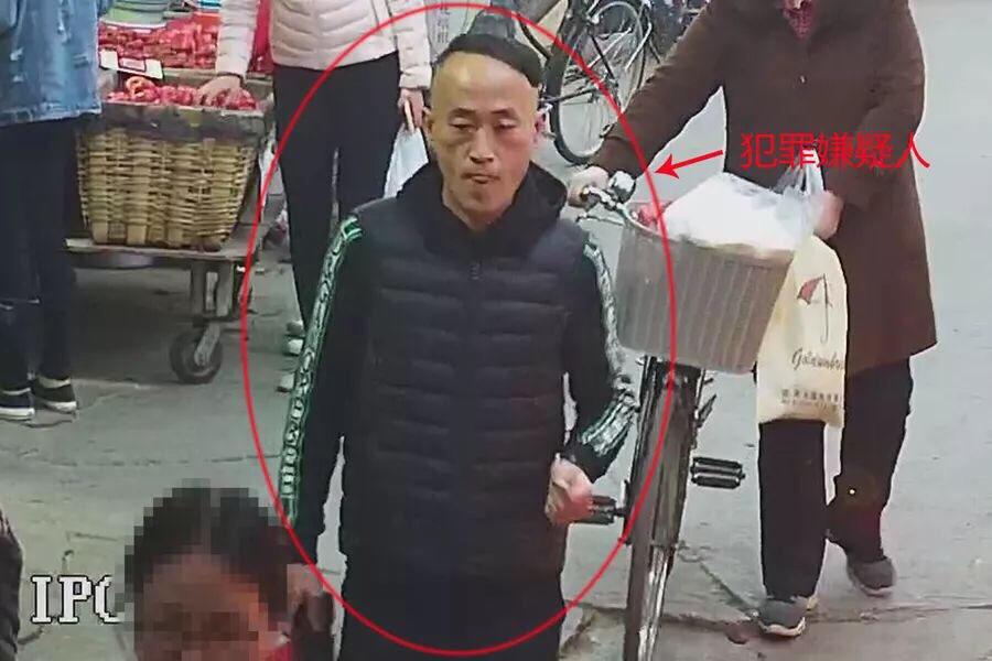 济南一菜市场里偷手机 这个窃贼谁认识?