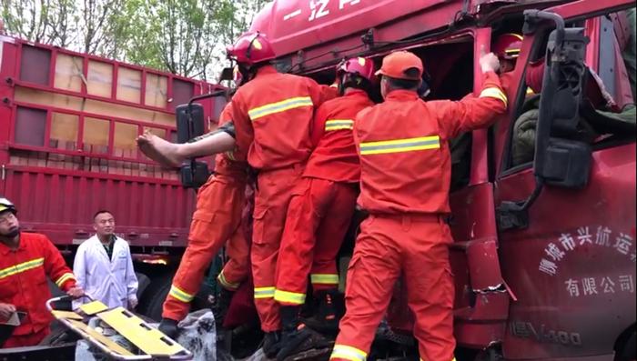 50秒|紧急救援! 两半挂车追尾车头挤扁两人被困