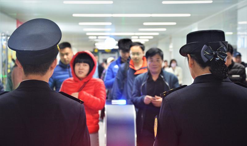 对地铁乞讨者说不!青岛地铁处罚五起乞讨行为 市民可电话举报