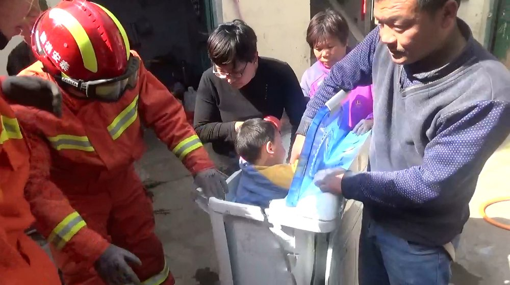 3岁小孩贪玩被卡洗衣机 泰安消防紧急救援