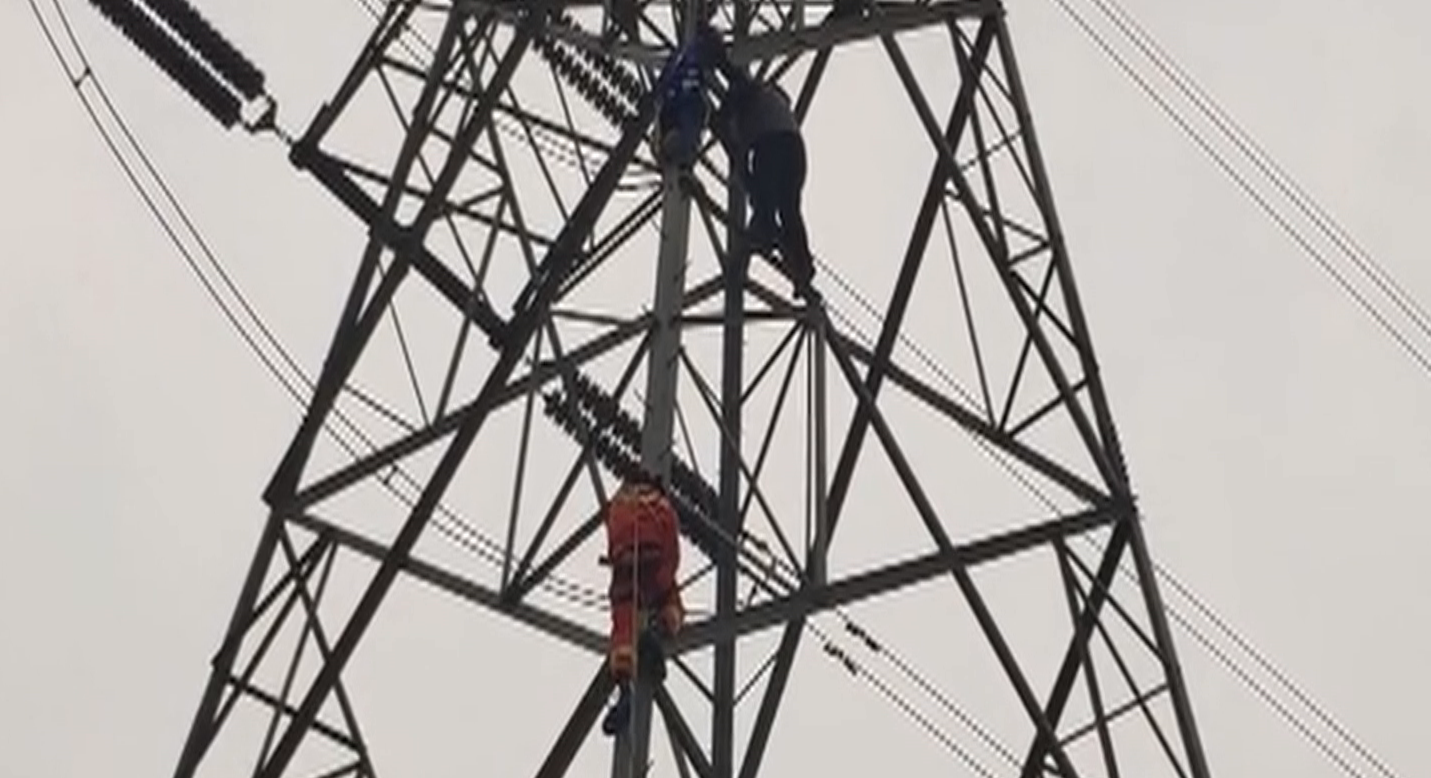 33秒丨淄博一男子爬高压电塔欲轻生 消防员苦劝11小时将其劝下
