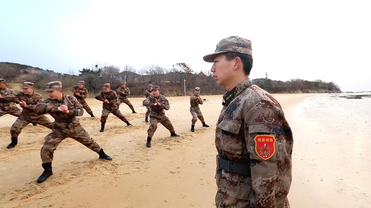 励志!游戏代练小伙变身驻岛部队军官:青春靠自己努力