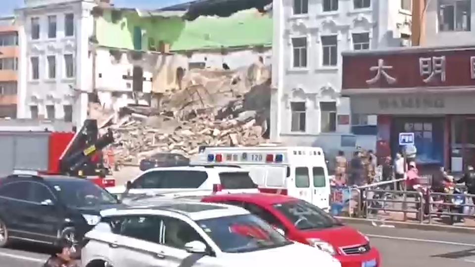 突发!烟台蓬莱钟楼西路的蓬莱剧院突然坍塌 无人员伤亡