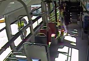 51秒|女大学生突然晕倒 公交车变救护车紧急送医