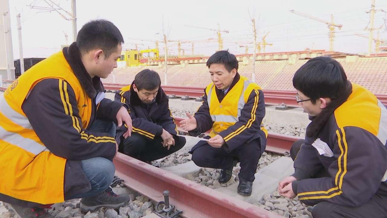 """中国高铁""""平顺大师""""吕关仁 35年躬耕钢轨的毫米之间"""