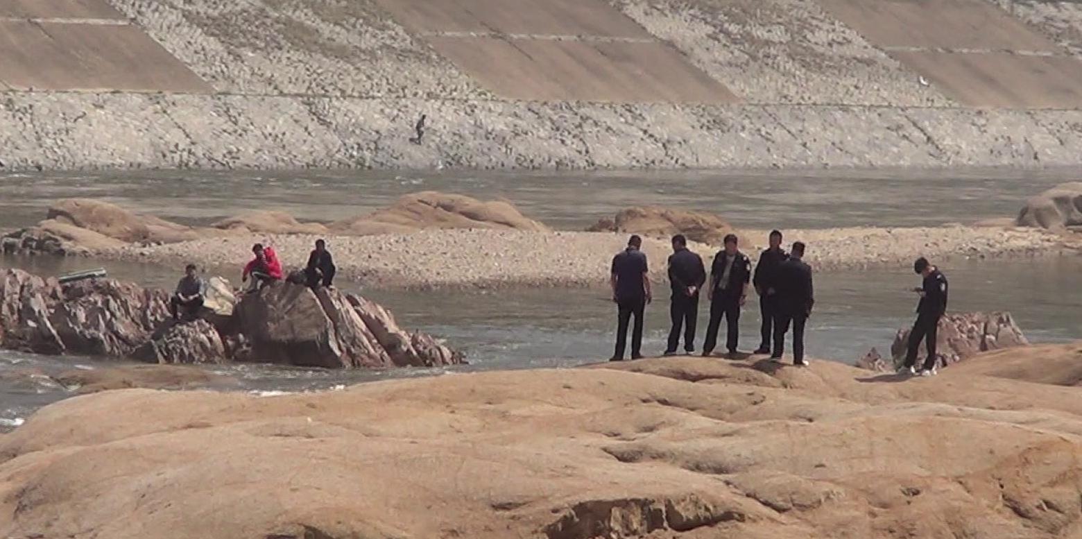 48秒丨临沂3男子痴迷钓鱼 上游开闸放水遇险被困河中