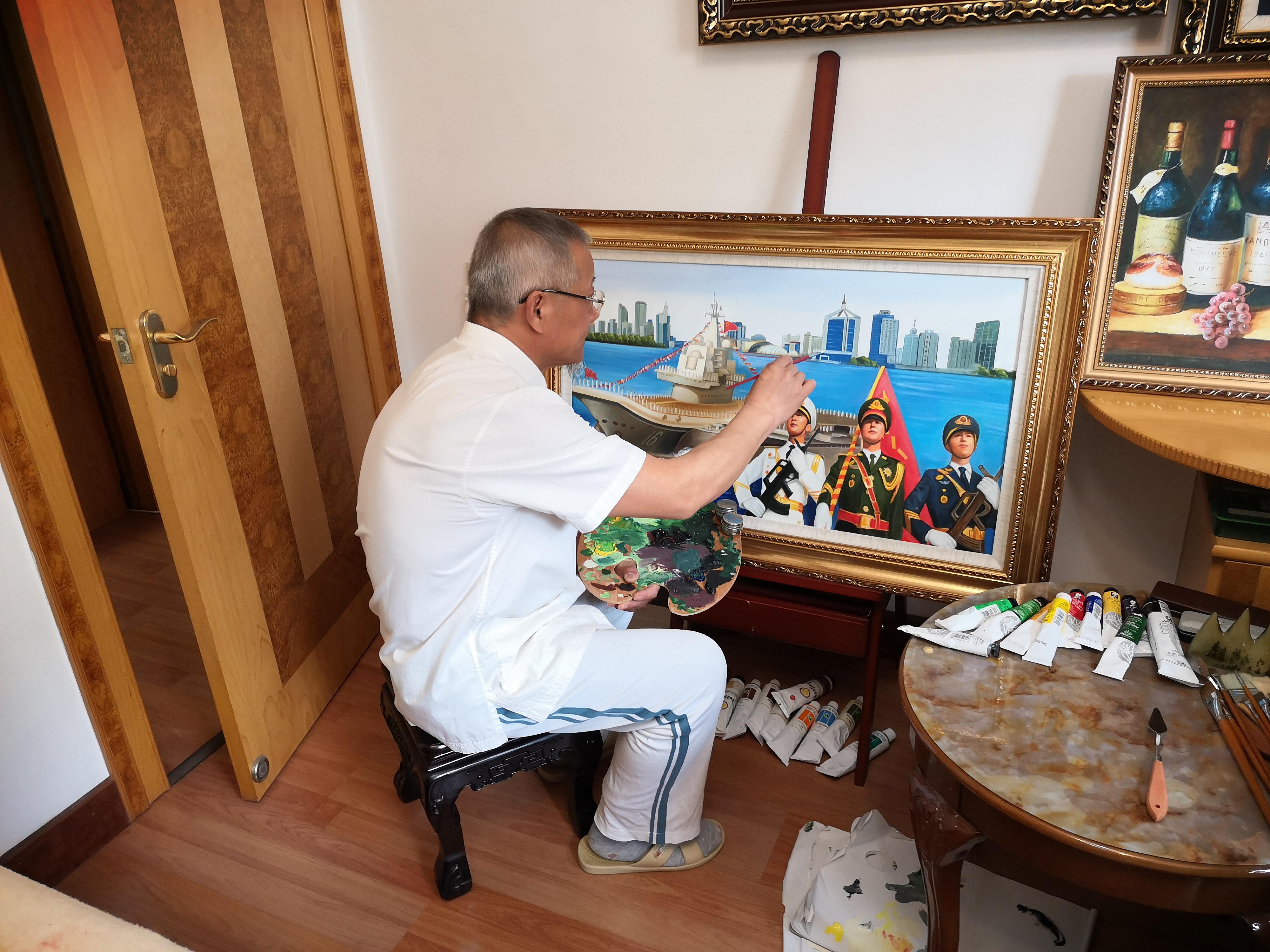 青岛市民创作绘画作品 喜迎海军节到来