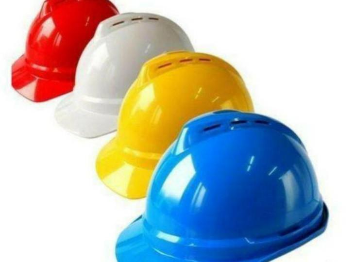"""工人安全帽""""一碰就碎""""?记者调查:安全帽也有潜规则"""