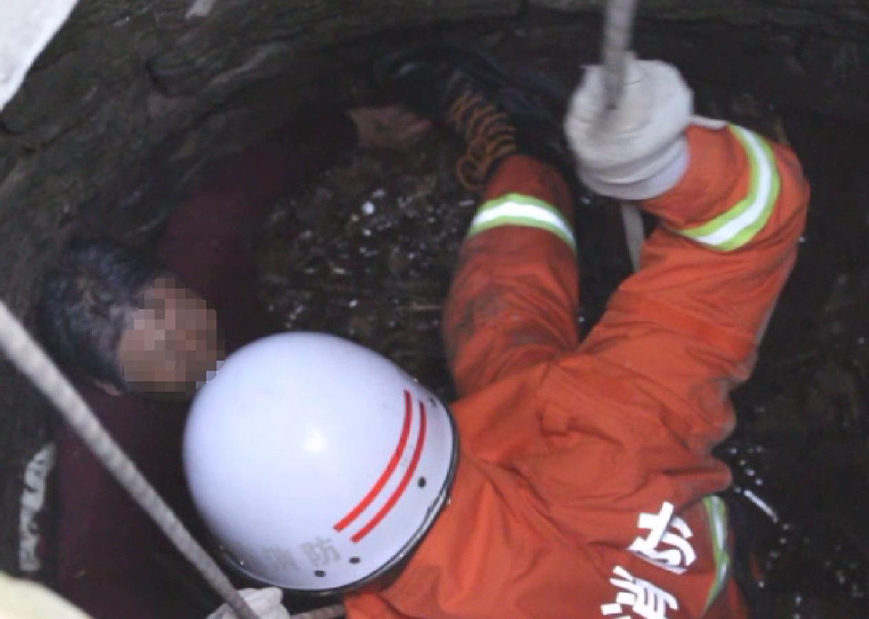 38秒丨泗水一老人失足坠井 消防下井10分钟救出