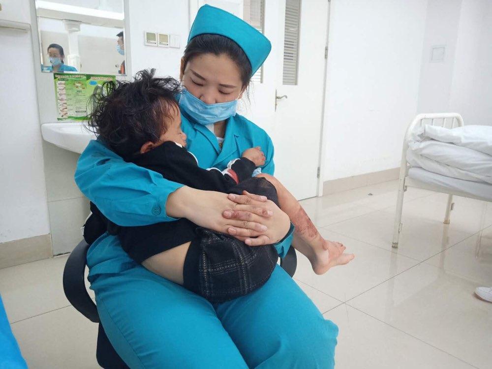 暖新闻丨车祸女童不配合治疗 护士怀揣冰块为其冷敷