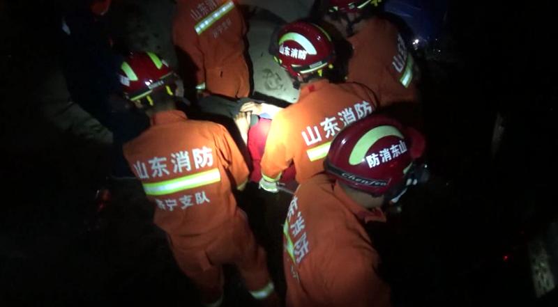 63秒丨越野车与货车相撞副驾驶被困 梁山消防紧急救援