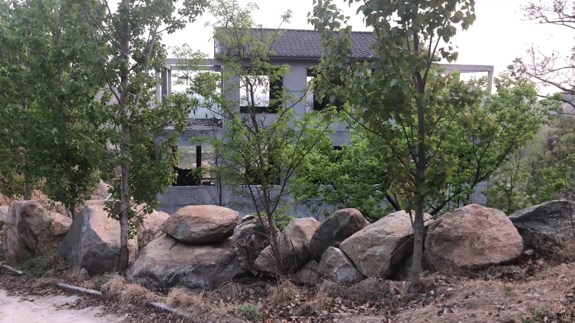"""41秒丨临沂磨盘山上挖山毁林盖""""山庄"""" 护林员都看不下去了"""