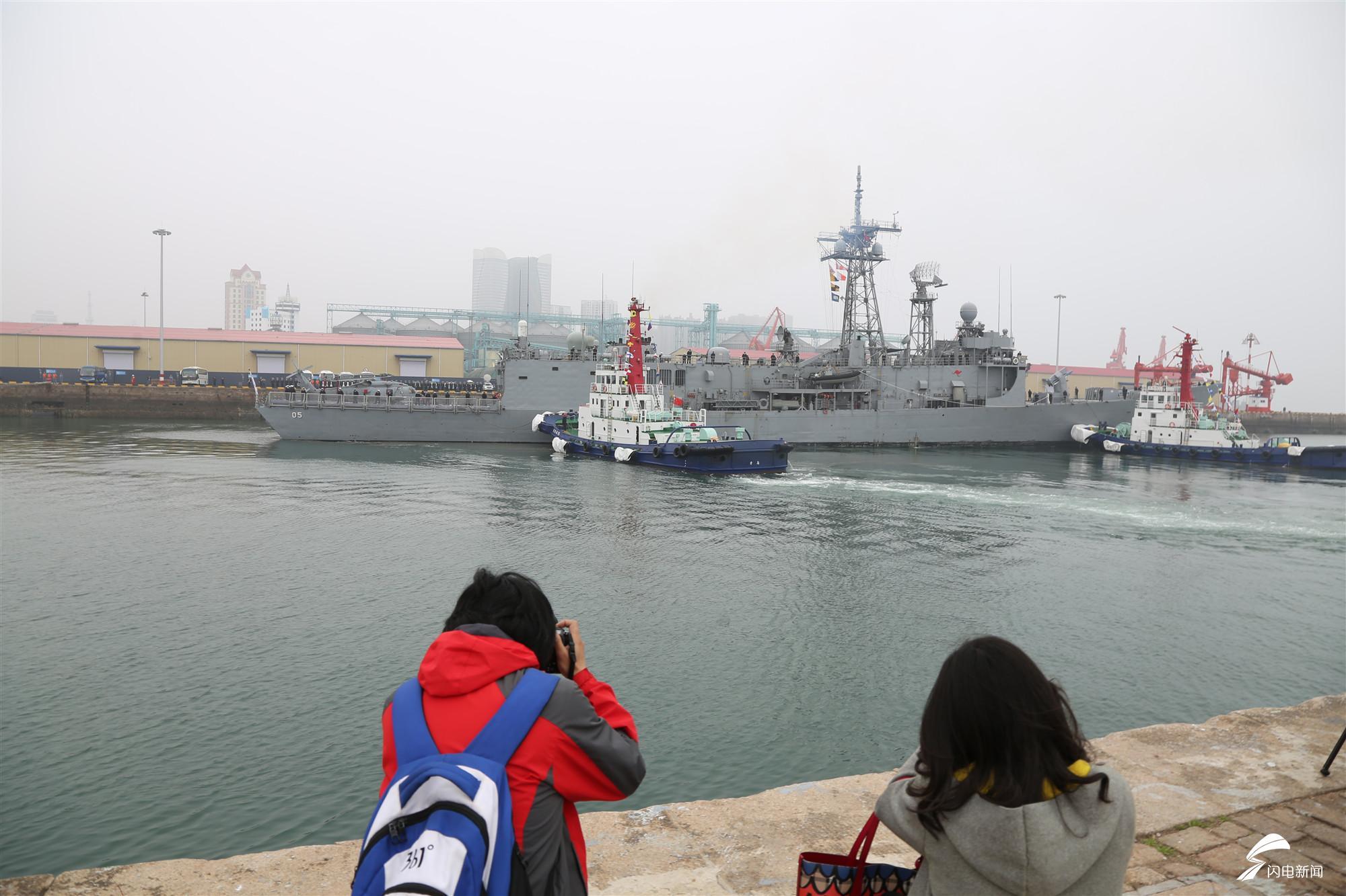 """A2 澳大利亚皇家海军""""墨尔本""""号护卫舰靠港.JPG"""