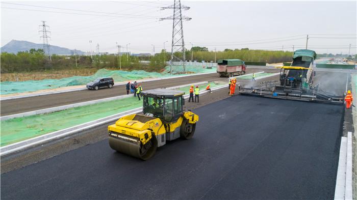 日照厦门路北延项目正式进入沥青摊铺阶段