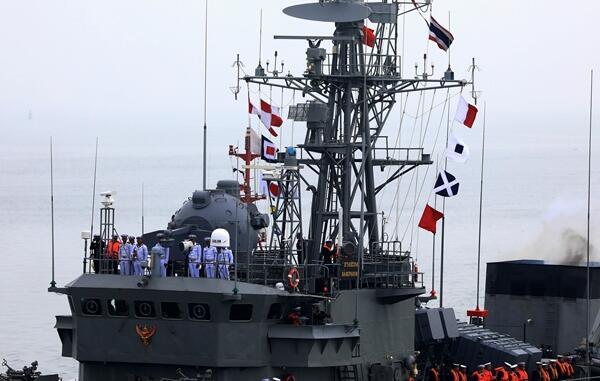 参加中国海军成立70周年多国海军活动的外国军舰陆续抵达青岛