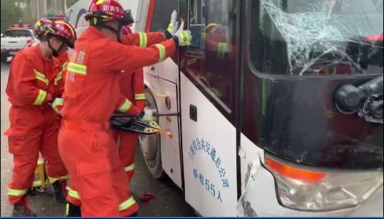 济南一班车与面包车擦肩相撞 车门严重变形10余人被困