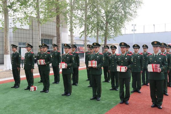 济南:书香历城走进军营 为每名官兵办理图书借阅证
