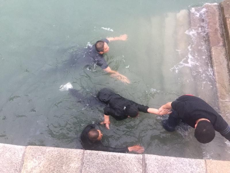 55秒丨暖心!饭店老板跳海救下落水女孩 热心群众纷纷施援相助