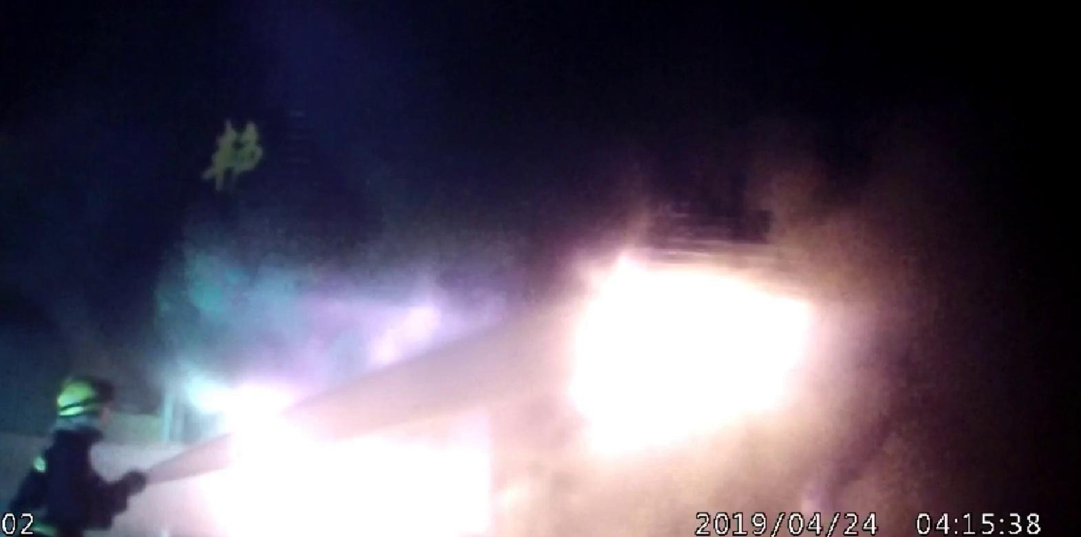 51秒丨泰安门头房突发大火2人被困 消防紧急救援