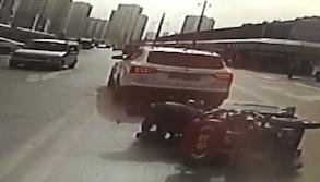 32秒|三轮车侧翻老人孩子眼瞅被压 感人的一幕发生了