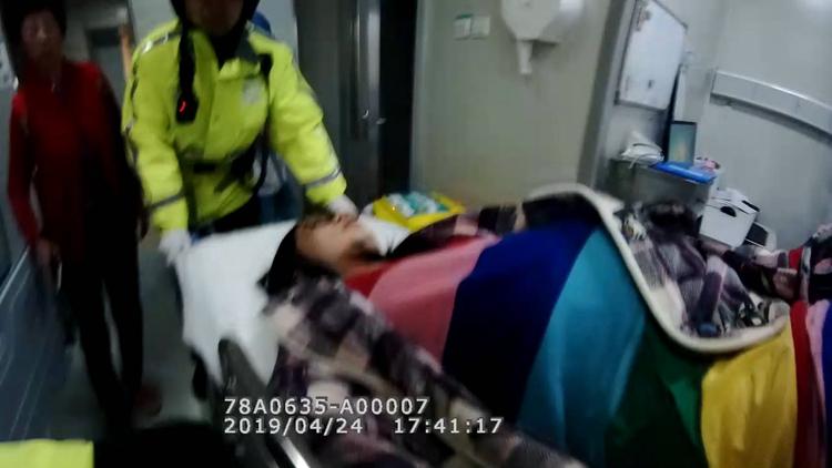 43秒丨济南一孕妇破羊水急求助 交警五分钟护送医院