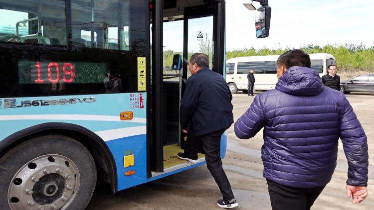 80秒丨潍坊公交线路向夜间和社区延伸 这两所学校师生购物更便捷了