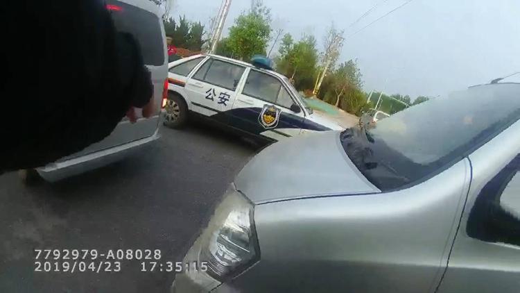 47秒丨济南交警不到半小时 查处三辆超员面包车
