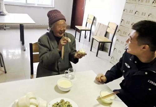 潍坊两名老人在同一天内走失 民警帮助他们找到家人
