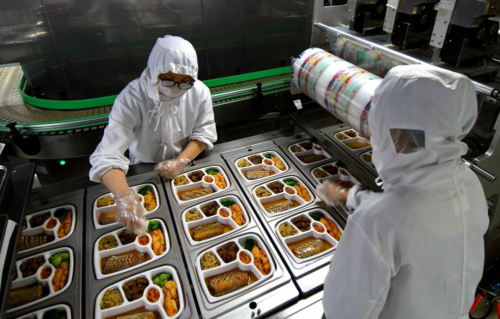 """组图:探访青岛高铁大""""厨房"""" 高铁盒饭是这样做出来的"""