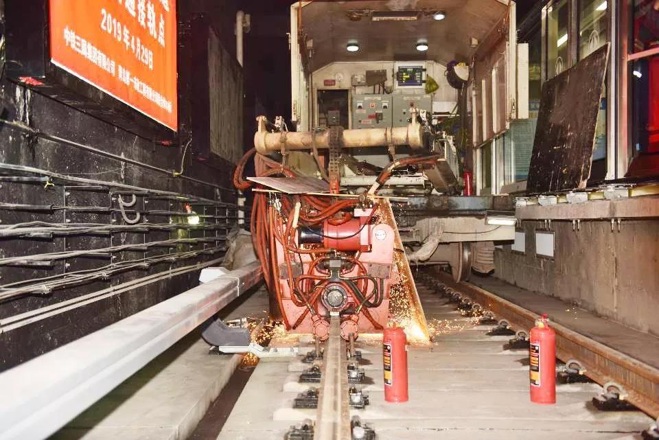青岛地铁2号线西段实现轨通 土建工程完成95%
