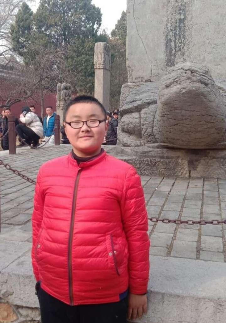 閃電尋人丨泰安12歲男孩離家失聯,身穿紅色保暖衣