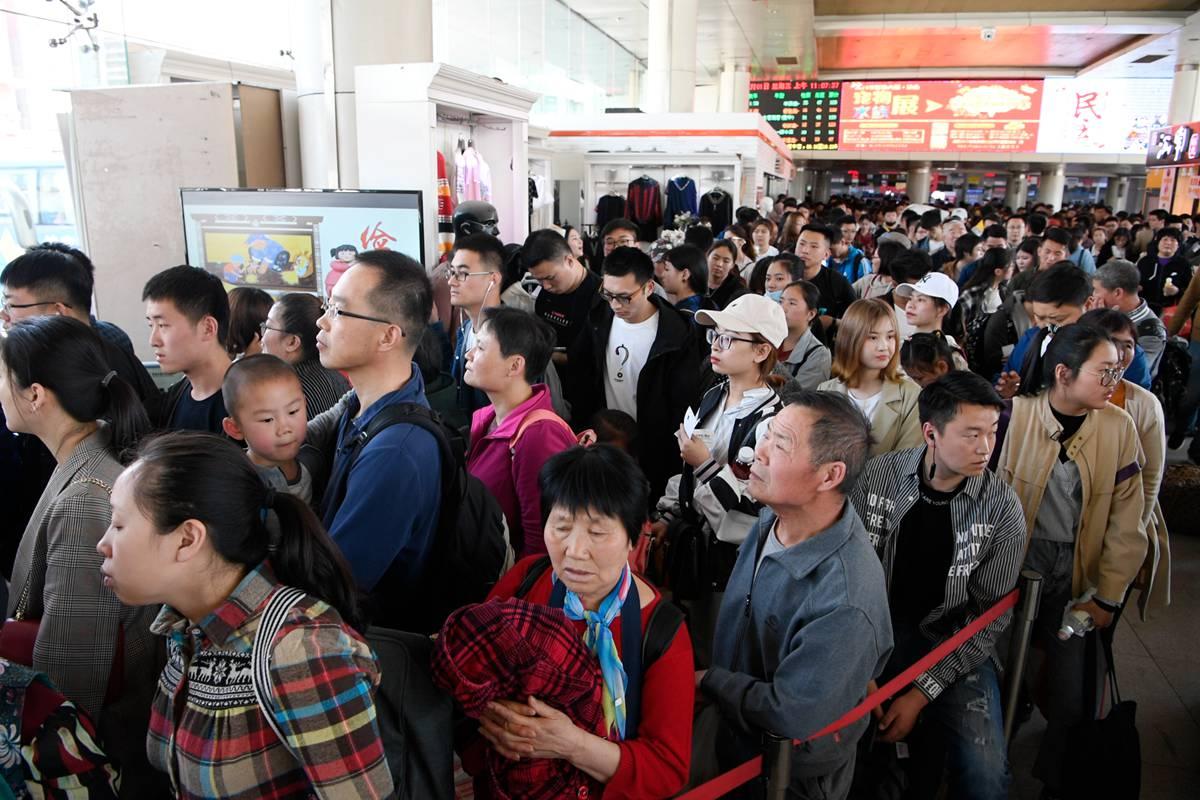 五一假期首日济南长途汽车总站迎出行客流高峰