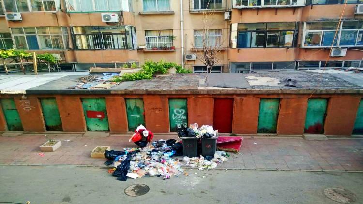 散发异味、滋生蚊蝇 潍坊奎文区后门街小区楼前垃圾桶到底该放在哪?