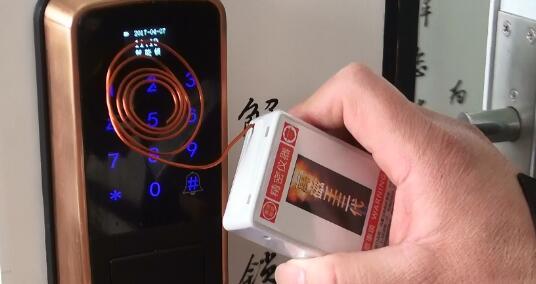 视频|小黑盒秒开智能门锁!怎么买锁?业内人士来支招