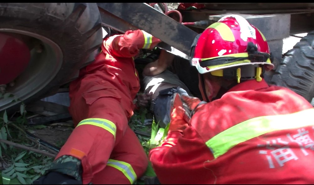 淄博:挖掘机侧翻路边排水沟 消防员成功将人救出