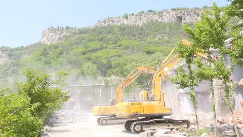 33秒丨保护水源!济南卧虎山北岸1.2万平方米违建别墅群被拆除