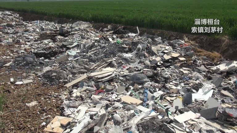 淄博9000平米口粮田下遍布建筑垃圾村民举报遭推诿扯皮 到底谁来管?
